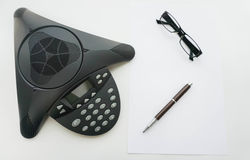 Voip IP有玻璃和笔的会议电话被隔绝的顶视图  库存照片