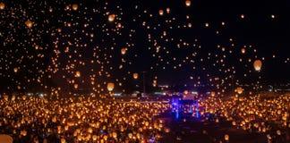 Voir des milliers de lanterne flotter aux cieux était beau images stock