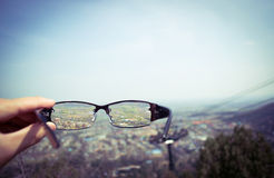 Voir le paysage par les verres photo stock
