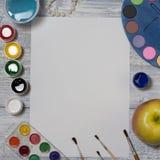 Voir les mes autres travaux dans le portfolio L'espace créatif Espace de travail d'artiste sur la table en bois de vintage : aqua Images stock