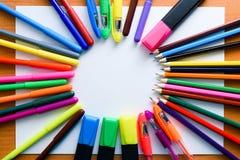 Voir les mes autres travaux dans le portfolio L'espace créatif Outils artistiques de travail sur la table en bois légère : Crayon Photos libres de droits