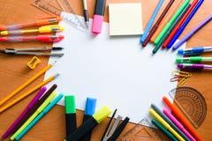 Voir les mes autres travaux dans le portfolio L'espace créatif Outils artistiques de travail sur la table en bois légère Images stock