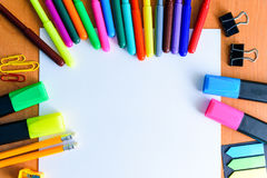 Voir les mes autres travaux dans le portfolio L'espace créatif Outils artistiques de travail sur la table en bois légère : Crayon Images libres de droits