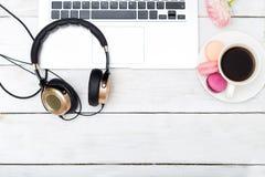 Voir les mes autres travaux dans le portfolio Lieu de travail femelle avec des écouteurs et une tasse de café Images libres de droits