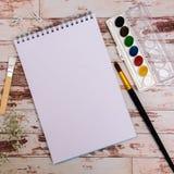 Voir les mes autres travaux dans le portfolio Outils de concepteur sur la vue supérieure de fond en bois de table de travail Photographie stock libre de droits