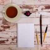 Voir les mes autres travaux dans le portfolio Outils de concepteur sur la vue supérieure de fond en bois de table de travail Images stock