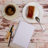 Voir les mes autres travaux dans le portfolio Outils de concepteur sur la vue supérieure de fond en bois de table de travail Photo libre de droits