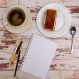 Voir les mes autres travaux dans le portfolio Outils de concepteur sur la vue supérieure de fond en bois de table de travail Photos stock