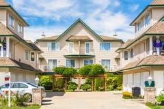 Voisinage de trois maisons résidentielles avec la cour intérieure décorée photo stock