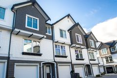 Voisinage gentil et confortable Maisons urbaines dans la banlieue du Canada Immobiliers éclatants images stock