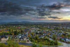 Voisinage résidentiel de vallée heureuse pendant le coucher du soleil Photo libre de droits