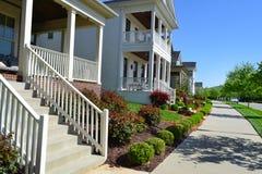 Voisinage suburbain tout neuf de maison de rêve américain de Capecod Images stock
