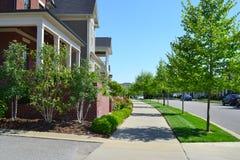 Voisinage suburbain tout neuf de maison de rêve américain de Capecod Image libre de droits