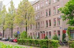 Voisinages lat?raux est d'Amsterdam Oost Vue de rue, de maisons, d'horloge de rue et de signe photo libre de droits