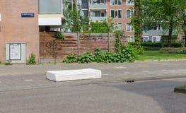 Voisinages lat?raux est d'Amsterdam Oost Vue du matelas blanc abandonn? se trouvant sur la rue Contamination de rue Copyspace photographie stock libre de droits