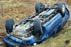 Voiture à l'envers, accident de voiture, accident de la route image stock