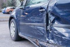 Voiture écrasée, détail de côté - plaques de métal déformées et bosselures sur le métal, après coup d'accidents photos stock