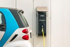 Voiture électrique à la station de charge Images libres de droits
