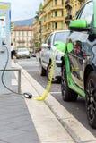 Voiture électrique chargeant au centre de la ville Image libre de droits