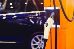 Voiture électrique chargeant, infrastructure moderne de station de charge Image stock
