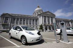 Voiture électrique chargeant, San Francisco City Hall Images libres de droits