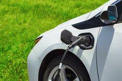 Voiture électrique chargeant sur le stationnement Véhicule d'Eco Image stock