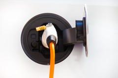 Voiture électrique dans la station de charge Photographie stock