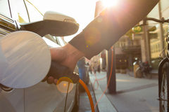 Voiture électrique dans la station de charge Photo libre de droits