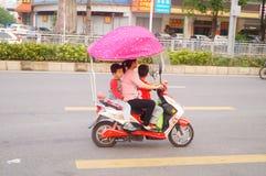 Voiture électrique de bicyclette avec deux enfants Photo libre de droits
