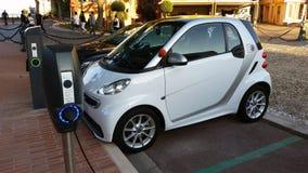 Voiture électrique intelligente de Fortwo chargeant sur la rue Photographie stock