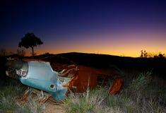 Voiture abandonnée, à l'intérieur coucher du soleil Image libre de droits