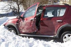 Voiture abandonnée à la scène dans la neige de neige Images libres de droits
