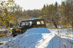 Voiture abandonnée dans les bois Photos stock