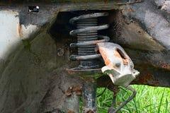 Voiture abandonnée par ressort rouillé Photographie stock