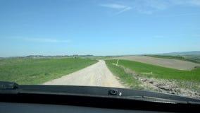 Voiture allant lente dans un paysage toscan banque de vidéos