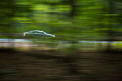 Voiture allant rapidement sur un hughway Photographie stock libre de droits