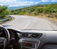 Voiture allant sur la route de montagne Photos libres de droits
