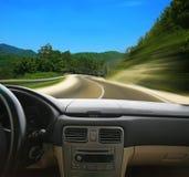 Voiture allant sur la route de montagne Photo libre de droits