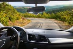 Voiture allant sur la route de montagne Image libre de droits