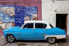 Voiture américaine bleue à La Havane photo stock