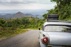 Voiture américaine de vieux cru sur une route en dehors du Trinidad photo libre de droits