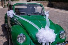 Voiture antique de cabrio Vert, Volkswagen Beetle Pour épouser le service photographie stock libre de droits