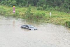Voiture argentée inondée Houston, le Texas, Etats-Unis de berline photos stock