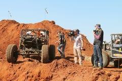 Voiture attendant à la descente dans la pirogue de pirogue avec la presse se tenant prêt Photographie stock libre de droits