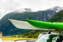 Voiture avec deux canoës sur le toit supérieur en montagnes photo libre de droits