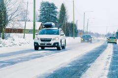 Voiture avec le support de bagages de toit en hiver Rovaniemi Finlande de route image libre de droits