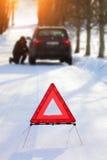 Voiture avec une panne pendant l'hiver Image stock