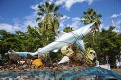 Voiture avec une sculpture d'un requin et des coquilles de crâne et de plastique dessus Photographie stock