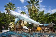 Voiture avec une sculpture d'un requin et des coquilles de crâne et de plastique dessus Photos libres de droits