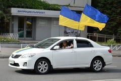 Voiture blanche avec deux drapeaux de l'Ukraine Photos libres de droits